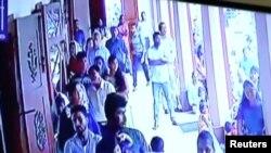 تصویر مدار بسته از لحظه ورود یکی از مظنونان به بمب گذاری انتحاری در یکی از کلیساهای سریلانکا
