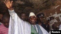 ປະທານາທິບໍດີ Sierra Leon ທ່ານ Ernest Bai Koroma ໂບກມືໃຫ້ປະຊາຊົນ ຢູ່ນະຄອນຫລວງ Freetown ໃນວັນທີ 17 ພະຈິກ 2012 ລຸນຫລັງທີ່ໄດ້ ປ່ອນບັດແລ້ວ.