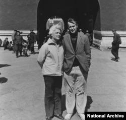 1975年美国驻北京联络处主任乔治·布什(老布什)和夫人在北京天安门前