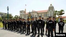 Cảnh sát đứng canh tại một Tòa nhà Chính quyền trong khi người biểu tình tập họp trong thủ đô Bangkok, 9/5/14