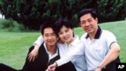 បូ ស៊ីឡៃ (Bo Xilai) អ្នកនយោបាយដែលប្រឆាំងនៅក្នុងប្រទេសចិន (ស្តាំ) ជាមួយនឹងភរិយា Gu Kailai និងកូនប្រុស Bo Guagua។