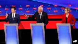 Suasana debat capres dari partai Demokrat AS yang diselenggarakan oleh CNN, di Fox Teater, Detroit, 20 Juli 2019 (Foto AP / Paul Sancya). Dari kiri: Walikota South Bend, Pete Buttigieg, Senator Bernie Sanders, dan Senator Elizabeth Warren.