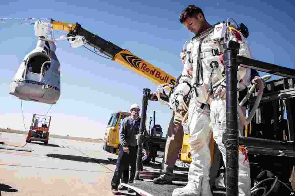Baumgartner quittant sa capsule le 9 octobre après l'annulation de la mission