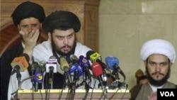 "Ulama Syiah Moqtada al-Sadr (tengah) menyerukan ""perlawanan militer"" terhadap pelatih militer AS yang tetap berada di Irak setelah akhir tahun ini."