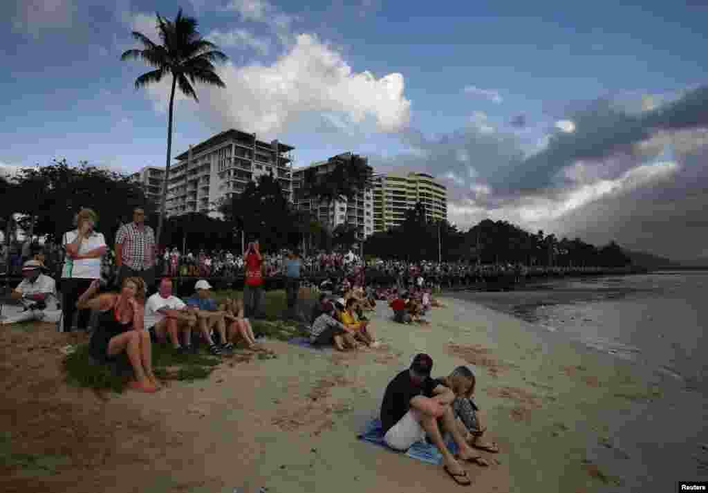 شمالی آسٹریلیا کے ایک قصبے کے لوگ سورج گرہن دیکھنے کے لیے جمع ہیں