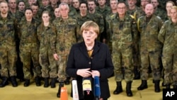 Alman parlamentosunun IŞİD'le mücadeleye askeri destek vermesi yönünde karar almasının ardından Alman askerlerini ziyaret eden Başbakan Angela Merkel