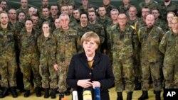 آنگلا مرکل صدر اعظم آلمان در جمع گروهی از نظامیان آن کشور چند روز پس از آن که پارلمان آلمان اعزام نیرو برای مبارزه با داعش را تصویب کرد - ۱۶ آذر ۱۳۹۴