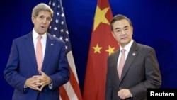 말레이시아 콸라룸푸르에서 열리고 있는 동남아시아국가연합 회의에 참석 중인 왕이 중국 외교부장(오른쪽)이 미-중 양자회담에 앞서 존 케리 미 국무장관의 발언을 듣고 있다.