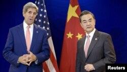 美国国务卿克里(左)与中国外长王毅在马来西亚吉隆坡举行闭门会议前合影(2015年8月5日)