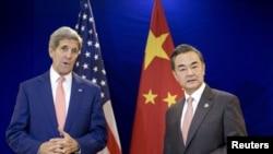 克里(左)與中國外長王毅(右)在會談前合照