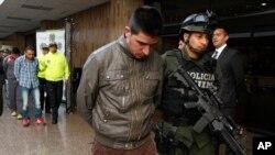 La policía colombiana presenta a uno de los supuestos asesinos del agente de la DEA James Watson en Colombia.