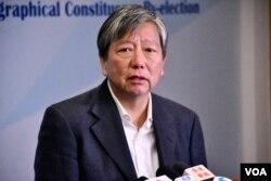 民主派立法會九龍西補選候選人李卓人發表敗選感言。(美國之音者湯惠芸攝)