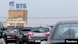 A sign showing the logo of Russia's VTB Bank is seen along a road in Moscow, July 17, 2014.