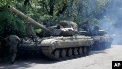 Arhiva - Proruske trupe pripremaju se za put na tenku na putu u blizini Janakijeva, region Donjetska, istočna Ukrajina, 20. juni 2014.