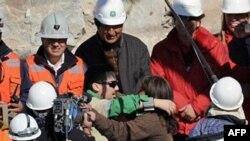 Vazhdon nxjerrja një nga një prej nëntokës e minatorëve në Kili