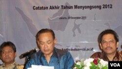 Ketua Umum KADIN, Suryo Bambang Sulisto (tengah) saat memaparkan pandangannya dalam diskusi Catatan Akhir Tahun menyongsong tahun 2012 di Jakarta (28/12).