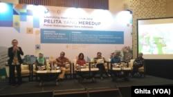 """Para pembicara Launching Hasil Survei Nasional """"Pelita yang Meredup: Potret Keberagaman Guru Indonesia"""" di Hotel Le Meridien, Jakarta, Selasa, 16 Oktober 2018. (Foto: VOA/Ghita)"""