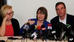 El senador Mark Warner, derecha, junto a las senadoras Claire McCaskill y Amy Klobuchar hablan con los medios desde La Habana.
