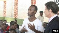 Penasehat PBB untuk urusan bantuan hukum bajak laut, Jack Lang dari Perancis, mendengarkan seorang tersangka perompak dari Somalia di Shimo la Tewa GK di Mombasa, Kenya, pekan lalu.