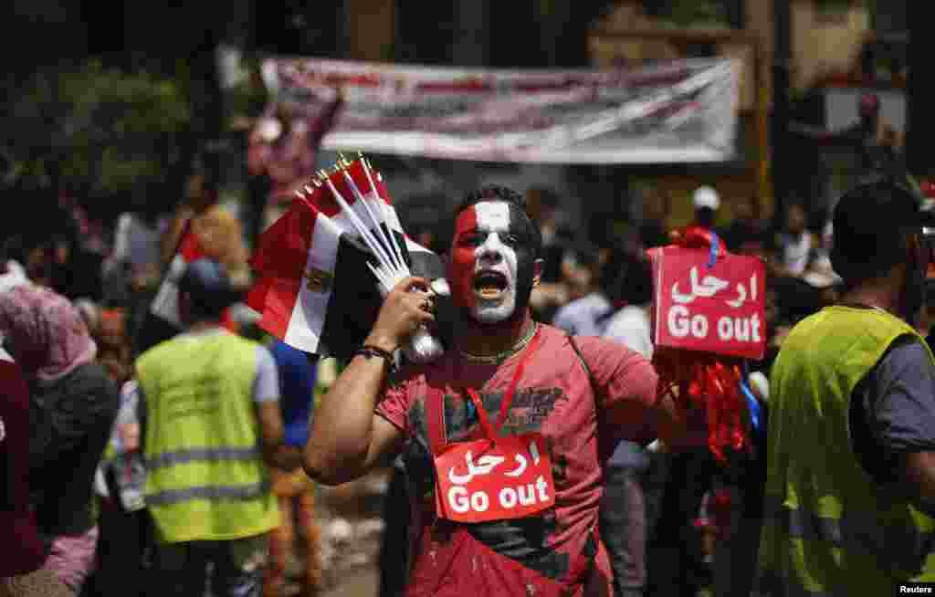 2일 무르시 대통령의 사퇴를 요구하는 시위가 이어지는 가운데, 이집트 카이로의 타흐리르 광장에서 반-무르시 플랜카드를 판매하는 상인.