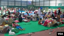 Warga Muslim Syiah di tempat pengungsian dalam gedung olahraga Sampang, Madura, Jawa Timur. (Foto: Dok)
