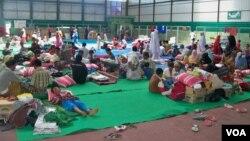 Warga Syiah Sampang saat mengungsi di gedung olahraga menyusul serangan terhadap mereka. (Foto: Dok)