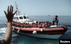 被水瓶座号救援船搭救的移民(2018年6月12日)。