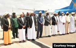 Rais Hussein Mwinyi akiwa na viongozi wa serikali kuupokea mwili wa marehemu Maalim Seif ulipowasili Unguja, Alhamisi.
