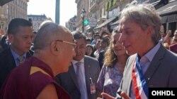 巴黎市二区区长雅克•布托尔前来迎接达赖喇嘛(2016年9月12日)