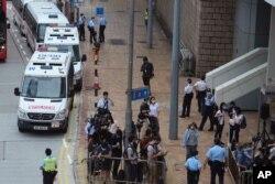 27일 홍콩 국가보안법을 위반한 혐의로 기소된 퉁잉킷 씨의 재판이 열린 법원 앞에 취재진이 모여있다.