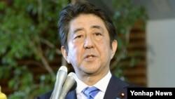 지난 6일 북한이 수소탄 실험에 성공했다고 발표한 직후 아베 신조 일본 총리가 도쿄 총리관저에서 취재진의 질문에 답하고 있다. (자료사진)
