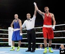 15일 브라질 리우올림픽 권투 헤비급 결승 경기에서는 러시아의 예브게니 티셴코(오른쪽)가 카자흐스탄의 바실리 레빗을 물리치고 금메달을 목에 걸었다.