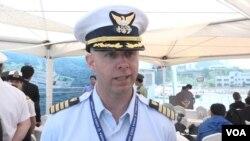 리차드 마우리 미 해안경비대 대령이 'VOA'와 인터뷰하고 있다.