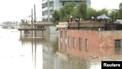 水灾地区朝鲜村民栖身在屋顶上