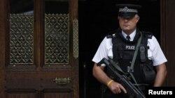 La policía ha inspeccionado ocho viviendas y un negocio en distintas partes de la ciudad.
