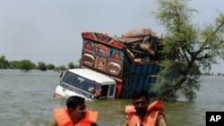 巴基斯坦军方救援人员在洪水中搜寻幸存者