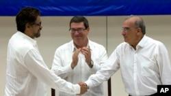 24일 쿠바 수도 아바나에서 움베르토 데라 칼레(오른쪽) 콜롬비아 정부 대표와 이반 마케즈(왼쪽) 콜롬비아무장혁명군(FARC) 대표가 평화협정안 최종 타결 뒤 악수하고 있다. 가운데는 평화회담을 중재한 쿠바의 브루노 로드리게즈 외무장관.