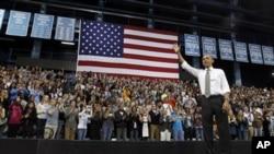 AQSh prezidenti Barak Obama oliy o'quv yurtlariga uyushtirgan ikki kunlik safari davomida Chapel Hildagi Shimoliy Karolina universitetiga ham tashrif buyurdi. 24-aprel, 2012-yil.