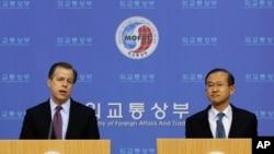 美國特使格林戴維斯(左)向南韓外交官員簡介與北韓的會談情況。