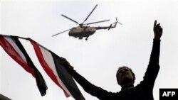 Trực thăng của quân đội Ai Cập bay ngang Quảng trường Tahrir trong lúc đám đông biểu tình tiếp tục xuống đường đòi ông Mubarak từ chức