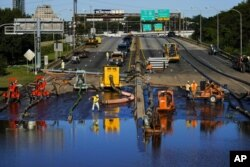 工作人員用水泵排除費城676州際公路一處被淹路段的積水。(2021年9月3日)