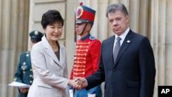 콜롬비아를 방문한 박근혜 대통령이 17일 마누엘 산토스 대통령과 악수하고 있다.