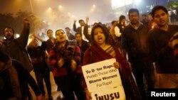 Dân chúng trong thủ đô New Delhi của Ấn Độ kỷ niệm 1 năm một phụ nữ qua đời sau một vụ hiếp dâm tập thể tàn bạo