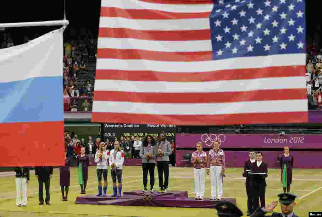 Hai chị em Serena Williams (giữa) và Venus Williams đoạt huy chương vàng trong giải quần vợt đôi tại Olympic London 2012, ngày 5/8/2012