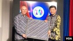 Serah terima simbolis motif batik kepada Duta Besar AS untuk Indonesia, Joseph R Donovan Jr., di kantor Kedutaan Besar AS, Jakarta, Rabu malam, 11 Desember 2019. (Foto: VOA / Ghita)