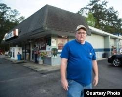 林登·麦克莱伦在杂货店门前 (正义研究所照片)
