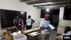 Des agents électoraux à l'oeuvre
