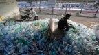 Một công nhân Ấn Độ lựa các chai plastic đã qua sử dụng trước khi chuyển đến trạm tái chế tại Ahmadabad, Ấn Độ, vào Ngày Môi trường Thế Giới 5/6/2018.