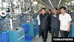 북한 '조선중앙통신'이 지난 3일 배포한 사진에서, 평양 양말공장을 방문한 김정은 제1위원장.