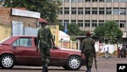 Des militaires contrôlent des véhicules à Kinshasa, RDC, 9 juillet 2012.